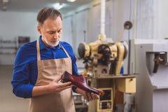 Affärsman som inomhus rymmer ett skodon arkivbilder