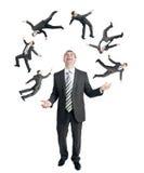 Affärsman som jonglerar pysslingar Arkivfoto