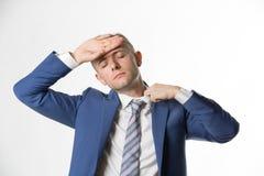 Affärsman som justerar hans krage, som han känner sig varm Arkivfoton