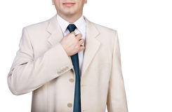 Affärsman som justerar hans slips Fotografering för Bildbyråer