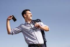 Affärsman som känner sig ilsken, medan kasta hans telefon bort arkivbild