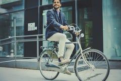 Affärsman som kör cykeln Affärsman på cykeln arkivfoto