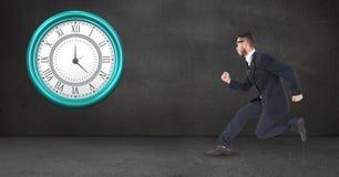 Affärsman som kör den sena klockan som monteras på väggen Arkivfoton