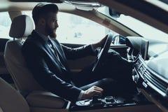 Affärsman som kör den skiftande växelspaken för bil fotografering för bildbyråer