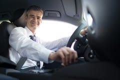 Affärsman som kör till arbete arkivfoto