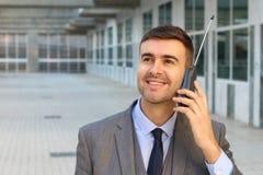Affärsman som kallar med den trådlösa landlinetelefonen för gammal stil arkivbilder