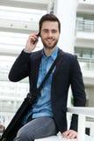Affärsman som kallar med mobiltelefonen Fotografering för Bildbyråer