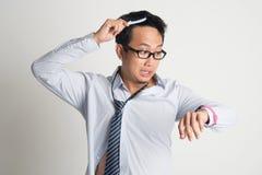 Affärsman som kammar hår i morgon i brådska fotografering för bildbyråer