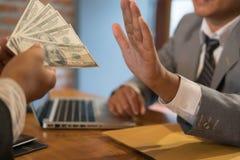 Affärsman som kasserar den kontanta sedeln för pengar från en man folket för ärlig affär i dräkt vägrar att ta mutan - anti-besti Royaltyfri Foto