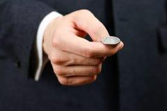 Affärsman som kastar ett mynt heads svanar close upp Royaltyfri Foto