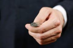 Affärsman som kastar ett mynt heads svanar close upp Royaltyfria Foton