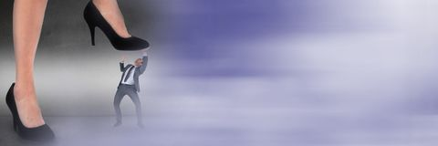 Affärsman som klivas på av jätte- fot med oskarp purpurfärgad övergång royaltyfria foton