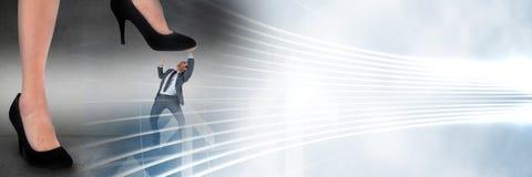 Affärsman som klivas på av jätte- fot och vitmanöverenhetsövergång arkivbilder