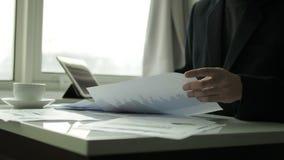 Affärsman som kontrollerar affärsdokumentet i kontoret stock video
