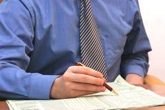 affärsman som kontrollerar datatidningen Arkivbild