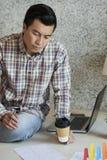 Affärsman som kontrollerar finansiell statistik arkivbilder