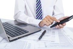 Affärsman som kontrollerar finansiella data Arkivfoton