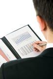 affärsman som kontrollerar finansiella resultat Arkivbilder