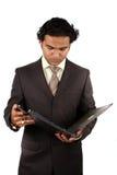 affärsman som kontrollerar mappen Arkivbild
