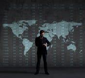 Affärsman som kontrollerar tid över svart bakgrund med copyspace Royaltyfria Bilder
