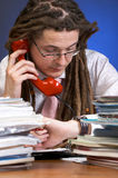 affärsman som kontrollerar tid Royaltyfri Foto