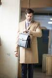 Affärsman som kontrollerar tid på hans klocka Arkivbild