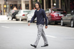 Affärsman som korsar gatan Royaltyfria Foton