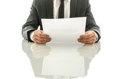 Affärsman som läser det viktiga dokumentet Arkivfoto