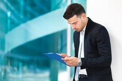 Affärsman som läser något dokument Arkivfoton