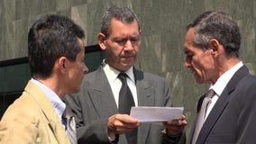 Affärsman som läser viktiga dokument Royaltyfria Foton