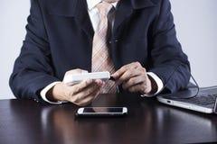 Affärsman som laddar hans mobiltelefon Royaltyfria Bilder