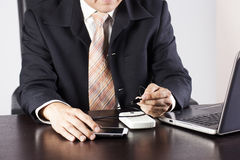 Affärsman som laddar hans mobiltelefon Arkivfoton