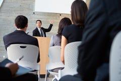 Affärsman som levererar presentation på konferensen royaltyfri fotografi