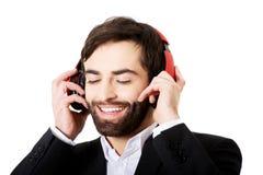 Affärsman som lyssnar till musik Royaltyfria Bilder