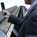 affärsman som mottar sms Arkivfoto
