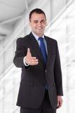 Affärsman som når för handskakning royaltyfri foto