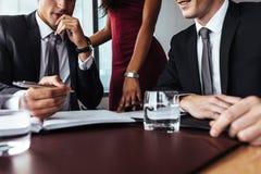 Affärsman som noterar viktiga punkter under möte Arkivbilder