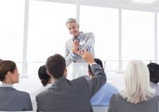 Affärsman som påverkar varandra med kollegor i konferenskorridor Royaltyfria Bilder