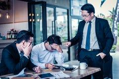 Affärsman som pekar hans finger till anställd, därför att han är mycket ilsken för anmäld försäljningsminskning anst?lld ?r mycke royaltyfri bild