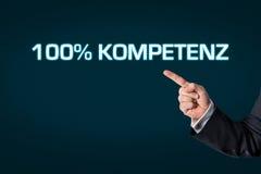 Affärsman som pekar på den ordkompetensen 100% Arkivfoto