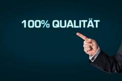 Affärsman som pekar på den ordkvaliteten 100% Royaltyfri Bild