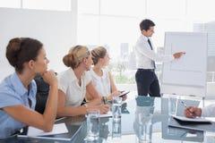 Affärsman som pekar på ett växande diagram Arkivbilder