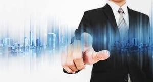 Affärsman som pekar på skärmen som arbetar med modern teknologi Arkivfoton