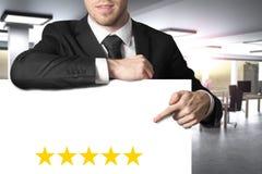 Affärsman som pekar på tomt baner med fem guld- stjärnor som annonserar illustrationen 3d royaltyfri fotografi