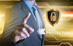 Affärsman som pekar skölden för dataskydd Royaltyfri Fotografi