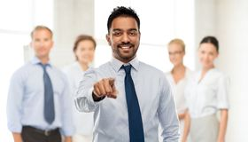 Affärsman som pekar till dig över affärslaget arkivfoto