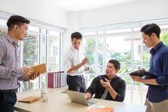 Affärsman som plattar till data på mötesrum Meeti för affärsfolk arkivfoton