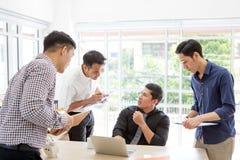 Affärsman som plattar till data på mötet Affärsfolk som möter ar royaltyfri foto