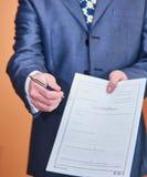 Affärsman som räcker över avtalet till tecknet Arkivbilder