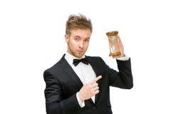 Affärsman som räcker och pekar på sandexponeringsglas arkivbild
